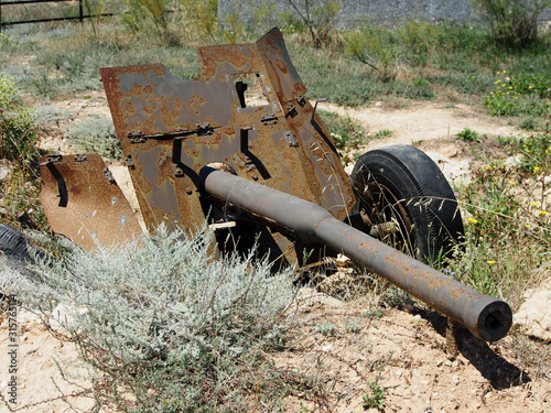 Valokuva 45-mm anti-tank gun of the 1937 model, a broken gun in the firing position, close-up