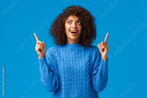 Fotografía Cheerful amused african-american girl celebrating with friends new year, happy h