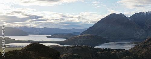 Photo  Hilly Landscape near Diamond Lake near Mount Aspiring National Park on the South Island of New Zealand