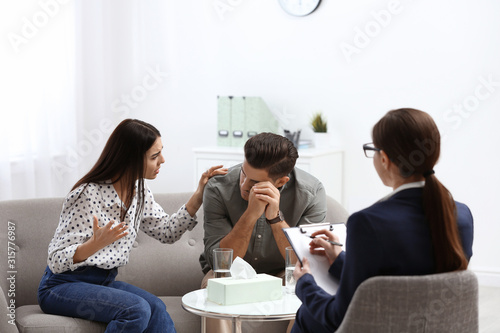 Photo Professional psychologist working with couple in office
