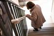 Leinwanddruck Bild - 階段を降りている高齢女性