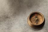 古い真鍮製の方位磁石
