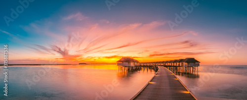 Foto Sunset on Maldives island, luxury water villas resort and wooden pier