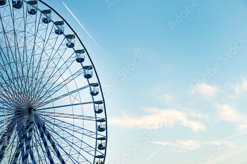 Fotografía beautiful blue and white ferris wheel among the clouds