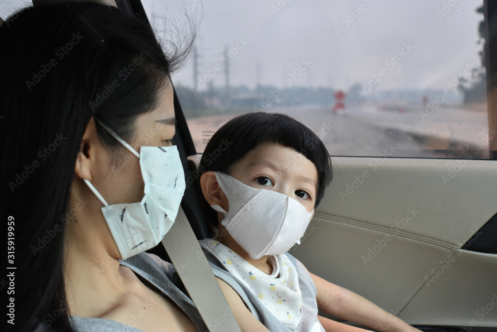 Fototapeta mother and kid wearing face mask protect air dust pollution with pm 2.5