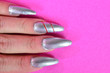 canvas print picture - Silberne Fingernägel mit pinkem Textfreiraum