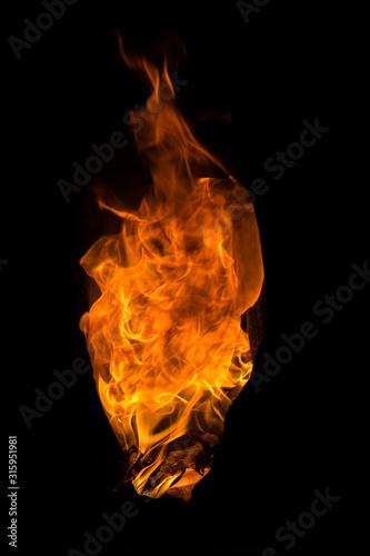Photo Fuego naranja en un fondo negro