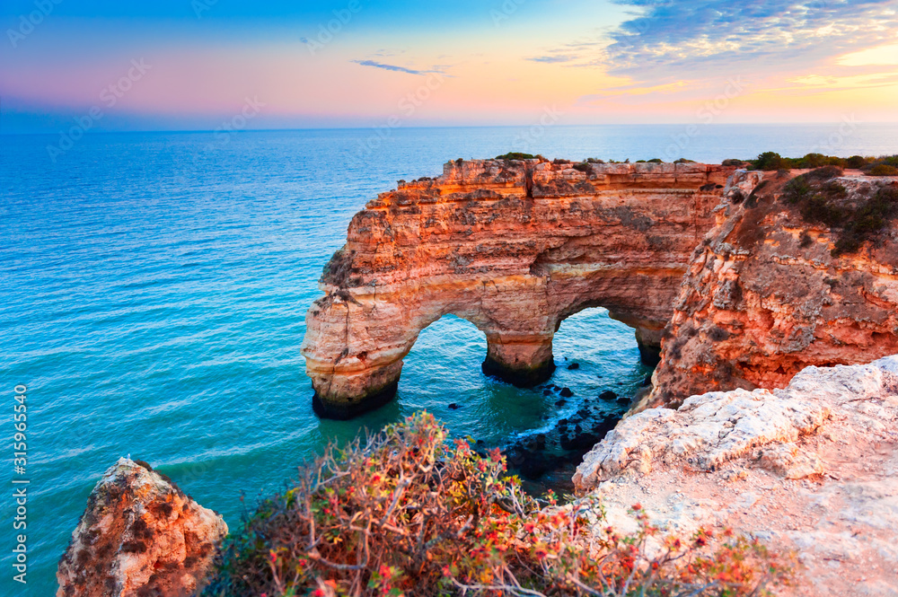 Fototapeta Heart-shaped cliffs on the shore of Atlantic ocean in Algarve, Portugal. Beautiful summer landscape.