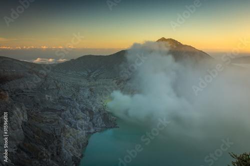 Photo Stunning sunrise or sunset on Ijen Crater