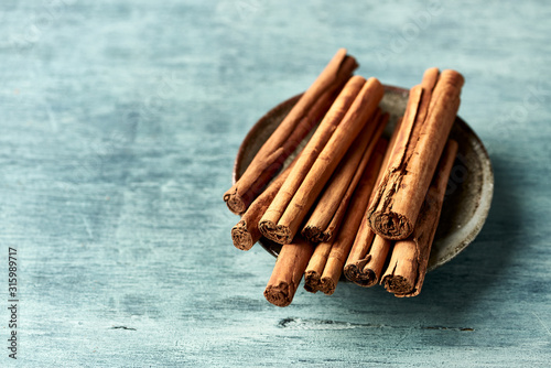 Fotografia Ceylon cinnamon sticks. Natural spices. Close-up. Copy space