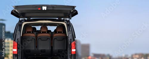 Fotografia vip taxi minibus on background business skyline