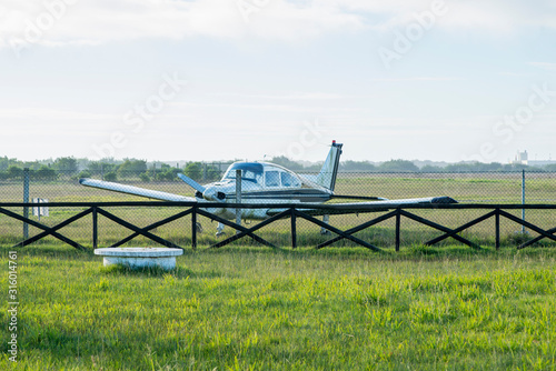 Photo small plane parked at airfield