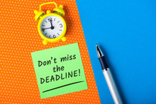 Bright Note With The Phrase Dont Miss The Deadline