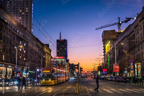 Fototapeta Nocne zdjęcie w centrum Warszawy z tramwajem obraz