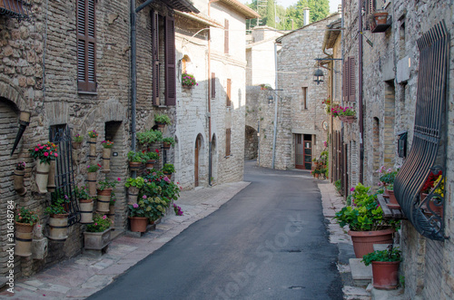 Photo A medieval picturesque street in Assisi, Italy.