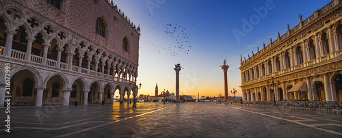 Obraz Palazzo Duccale with Piazzetta in Venice at sunrise - great panorama - fototapety do salonu