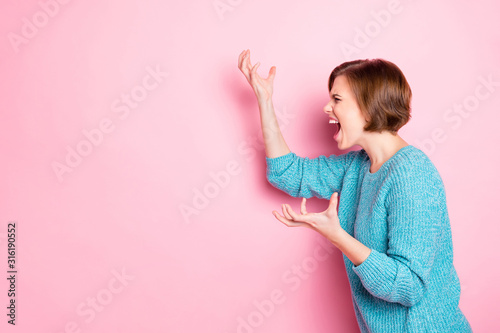 Valokuva Side profile photo portrait of angry aggressive girl gesturing hands screaming a