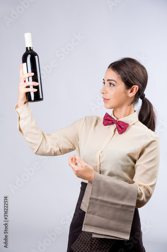 cameriera guarda la bottiglia prima di servire il vino Canvas Print