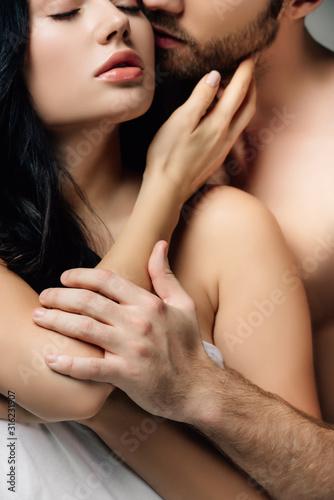 przetargu naga para przytulanie w arkuszach, na szarym tle
