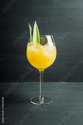 Fotografía  Pineapple cocktail in wine glass