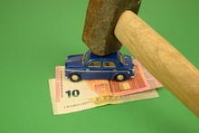 L'auto Schiacciata Dal Peso Delle Tasse. Auto, Soldi E Martello Pesante