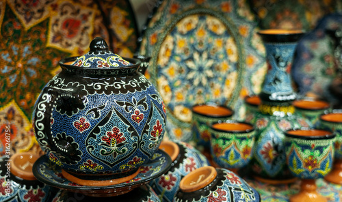 Photo Ethnic Uzbek ceramic tableware with traditional uzbekistan ornament