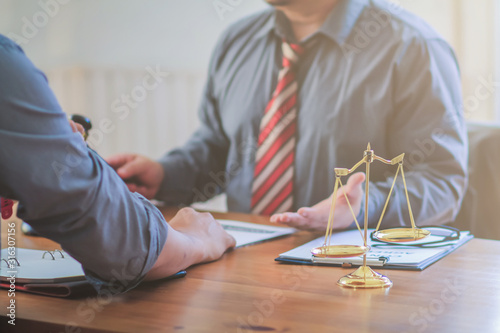 Photographie The lawyer is currently consulting on legal contract documents to be used as a contract between investors to sign a consent to invest in doing business together