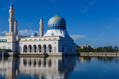 piekny-plywajacy-meczet-kota-kinabalu
