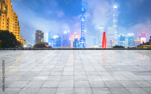 Foto Panoramic skyline and buildings with empty concrete square floor,shanghai,china