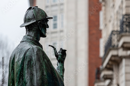 Photo Sherlock Holmes statue outside Baker Street underground station