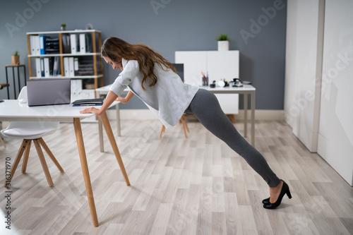 Fotomural Businesswoman Doing Push Up On Office Desk