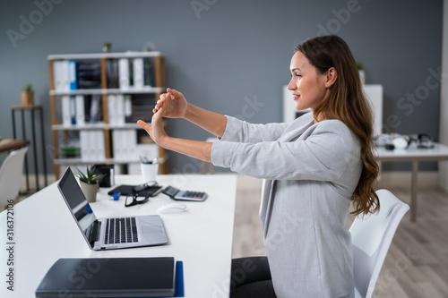 Fotografia Businesswoman Stretching Her Hand