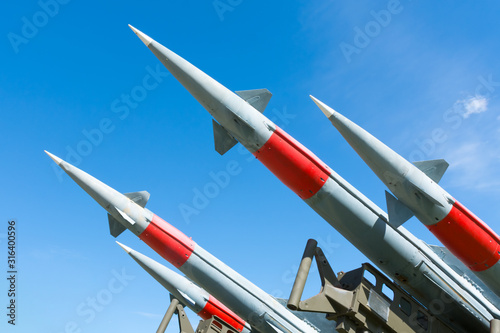 Photo rocket of antiaircraft defense on a background of blue sky