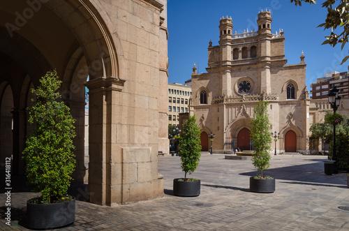 Fototapeta arkady   widok-na-glowny-plac-w-castellon-de-la-plana-z-konkatedra-santa-maria-in-the