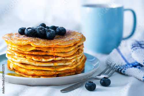Fotomural American style pancakes with maple syrup and blueberries
