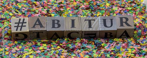 Abitur gedruckt auf Holzwürfel und isoliert auf Konfetti Hintergrund Wallpaper Mural