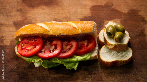 Photo Pan con aceituna y tomate