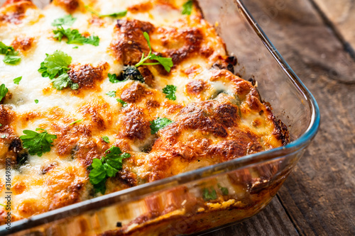 Fototapeta Pasta casserole with barbecue chicken breast, cheese and vegetables obraz