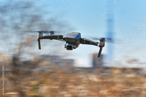 Photo 飛行中の小型ドローン