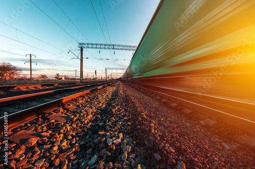 Fotografía railway on which a freight train moves at high speed