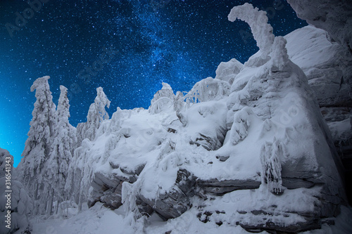 Photo Winter forest in the mountains with a starry sky