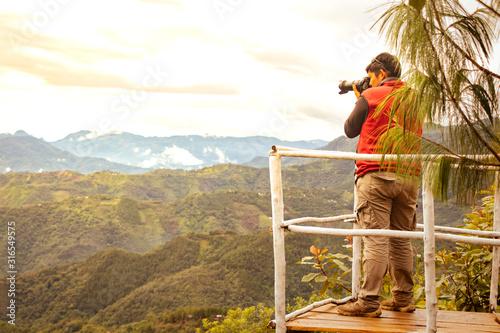 Fotógrafo tomando el increíble paisaje de montaña Canvas Print