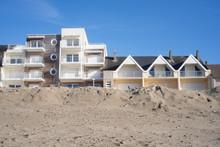 France. Picardie. Immeubles Construits Au Bord D'une Plage De Sable. Buildings Built On The Edge Of A Sandy Beach.