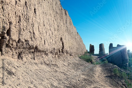 Photo Wall of ancient fortress of Khorezm on the Kyzylkum Desert, Uzbekistan