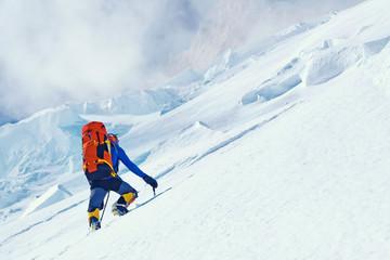 Penjač doseže vrh planinskog vrha uživajući u pogledu na krajolik. Everest, Nepal