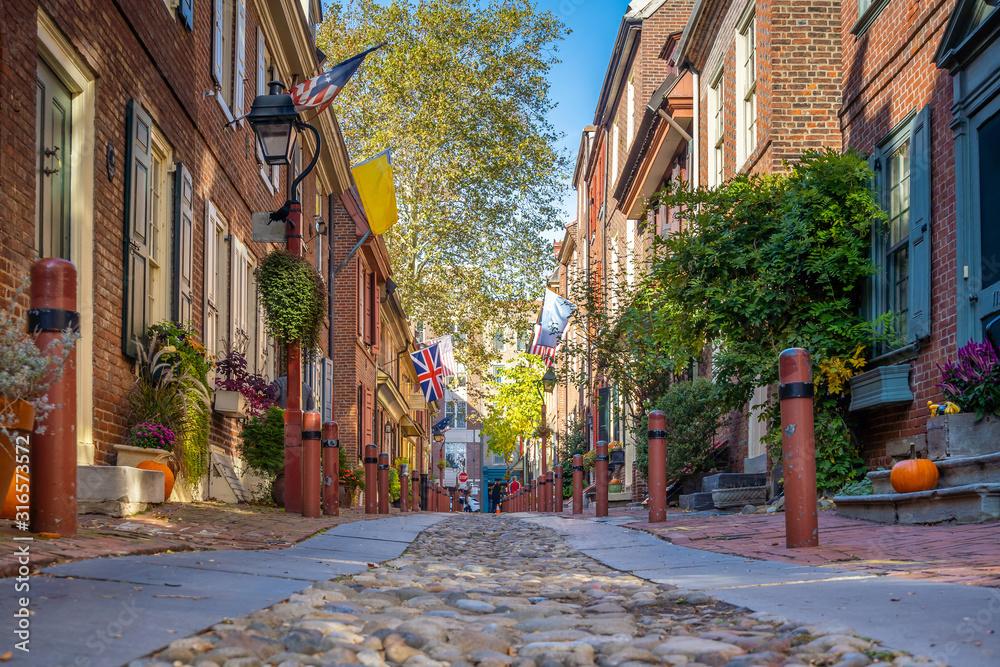 Fototapeta The historic Old City in Philadelphia, Pennsylvania. Elfreth's Alley