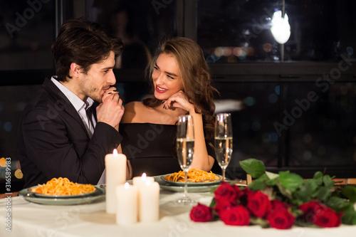 Fotografía Happy man kissing his beloved girlfriend hand on romantic date