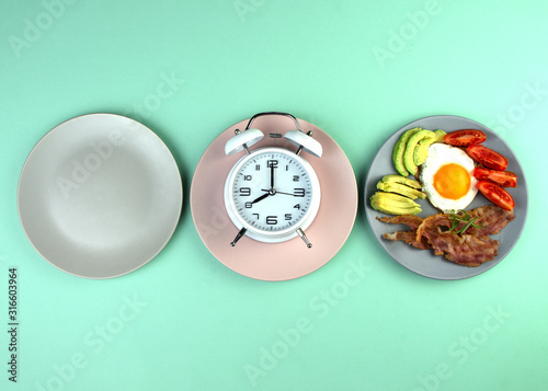 Fotografía Intermittent fasting concept with empty colorful plates
