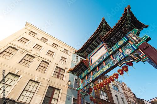Wejście do dzielnicy Chinatown, która jest popularnym miejscem turystycznym w Londynie