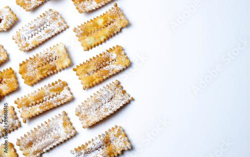 Obraz na plátně Vista dall'alto di dolci tradizionali di carnevale fatti in casa: chiacchiere su sfondo bianco